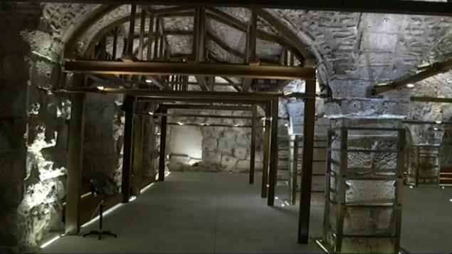 L'intérieur du caravansérail mamelouk (Crédit : capture d'écran Dixième chaîne)