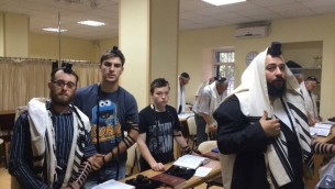 Le Rabbi Habad Mendel Cohen (tout à droite) (Crédit : autorisation)