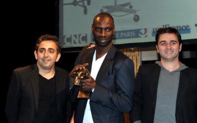 De gauche à droite : Éric Toledano, Omar Sy et Olivier Nakache à la cérémonie des Prix Lumières - 13 janvier 2012 (Crédit : Georges Biar/Wikimedia commons/CC BY SA 3.0)