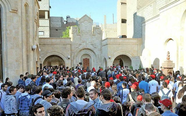 Pèlerins à l'église de Der Zor qui aurait été détruite par les combattants de l'Etat islamique (Crédit : Wikimedia commons, CC BY-SA 2.0, Preacher lad)