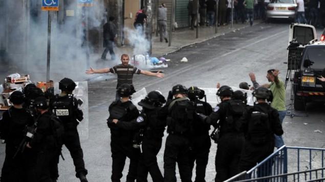 Un Palestinien se disputant avec la police israélienne le 8 septembre (Crédit : AFP/Ahmad Gharabli)