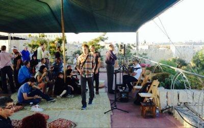 Une petite foule réunie pour écouter l'appel à la prière au Festival de la musique sacrée de Jérusalem (Crédit : Jessica Steinberg/Times Of Israel)
