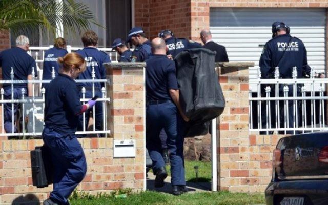 Une équipe médico-légale collectant des preuves dans une maison de Guildford, un quartier de Sydney alors que les menaces terroristes s'accroissent (Crédit : AFP PHOTO / Saeed Khan)