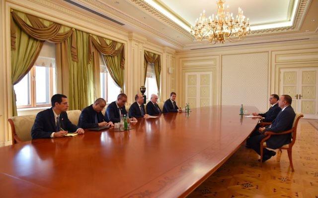 Le ministre de la Défense Moshe Yaalon rencontre le président azerbaïdjanais Ilham Aliyev à Bakou, en Azerbaïdjan, le 10 septembre 2014 (Crédit : Ariel Harmoni / Ministère de la Défense)
