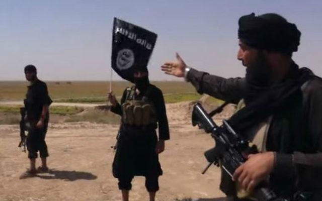 Des combattants de l'Etat islamique, près de la frontière entre la Syrie et l'Irak (Crédit : YouTube capture d'écran / Vice)