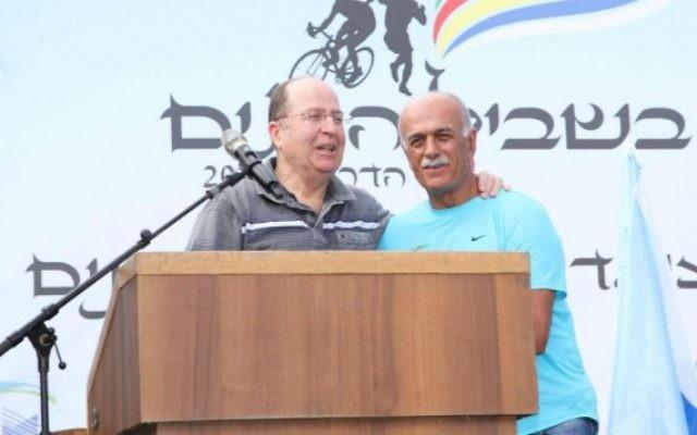 Moshe Yaalon (g) à une cérémonie à la mémoire des soldats druzes (Crédit : Ofer Idelbici)