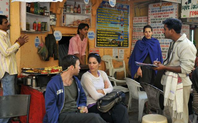 Touristes israéliens dans un restaurant dans le marché de Pushkar, Inde, le 10 janvier 2009 (Crédit : Serge Attal / Flash90)