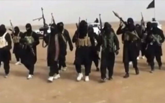 Des membres armés du groupe terroriste Etat islamique (Crédit capture d'écran YouTube)