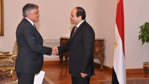 Le nouvel ambassadeur Haim Koren et le président égyptien - 14 septembre 2014 (Crédit : autorisation)