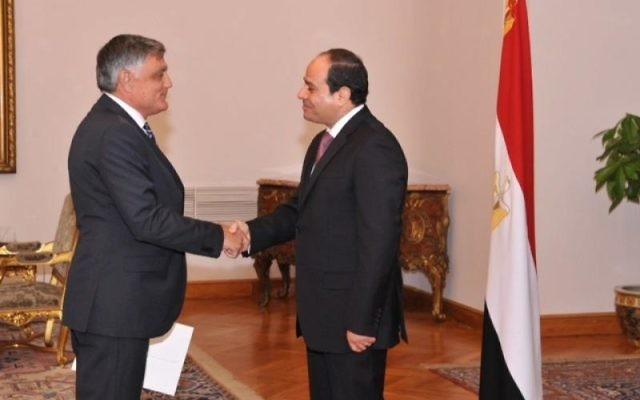 Le nouvel ambassadeur d'Israël en Egypte, Haim Koren (à gauche) et le président égyptien Abdel Fattah el-Sissi, le 14 septembre 2014 (Crédit : autorisation)