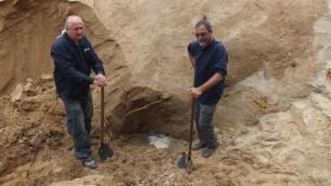 Wojtek Mazurek, l'archéologue (g) et Yoram Haimi sur les fouilles à Sobibor (Crédit : autorisation Wojtek Mazurek)