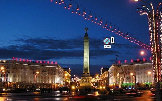 Vue nocturne sur Minsk, Biélorussie (Crédit : Wikimedia Commons/ mikkalai - domaine public)