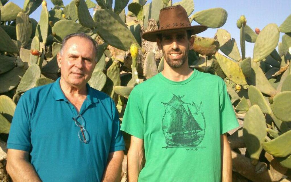 Noam et Shahar Blum, l'équipe de l'agriculture père et le fils à la Ferme Cactus Orly. (Crédit : Jessica Steinberg / Times of Israël)