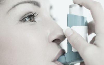 Illustration d'une personne se soignant avec de la ventoline (Crédit : via Shutterstock)