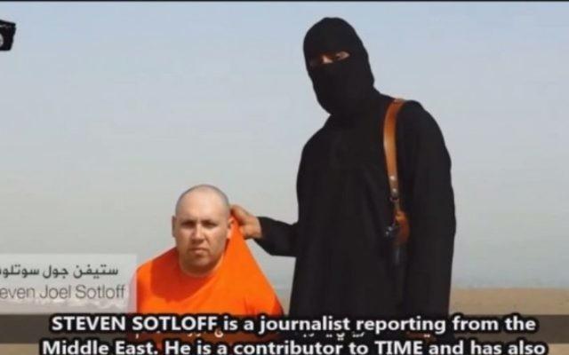 Steven Sotloff et son ravisseur dans une vidéo (Crédit : Capture d'écran YouTube)