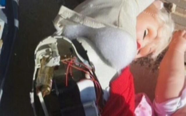 Capture d'écran de l'intérieur du jouet où ont été trouvées des armes à l'aéroport de Ben Gurion - 15 septembre 2014 (Crédit : Deuxième chaîne)