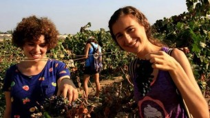Rebbeca Royzer et Rebecca Getto, bénévoles à OneDay. (Crédit : Rony Shrem / OneDay bénévolat social)