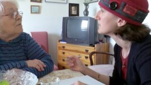 Aviva Silberman et une survivante de la Shoah (Crédit : autorisation)