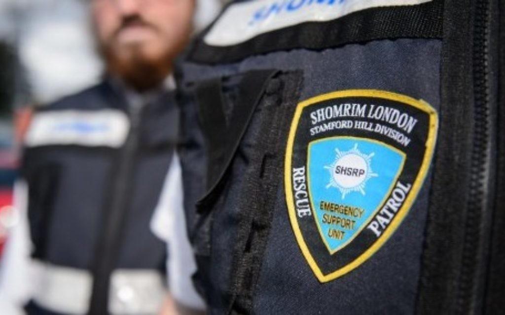 Des membres de la patrouille de volontaires des Shomrim près de Londres (Crédit : AFP/Leon Neal)