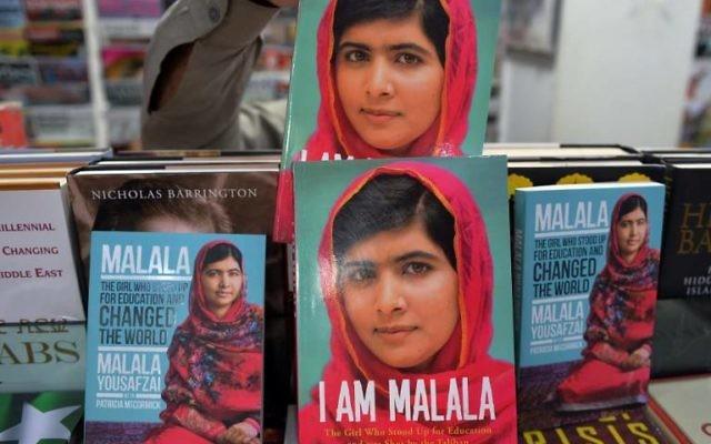 Le témoignage de Malala Yousafzai dans les rayons d'une librairie pakistanaise (Crédit : AFP/Aamir QURESHI)