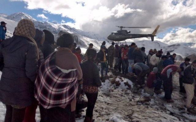 Un hélicoptère de l'armée népalaise sauve les survivants d'une tempête de neige dans le district de Manang (Crédit : AFP PHOTO/NEPAL ARMY)