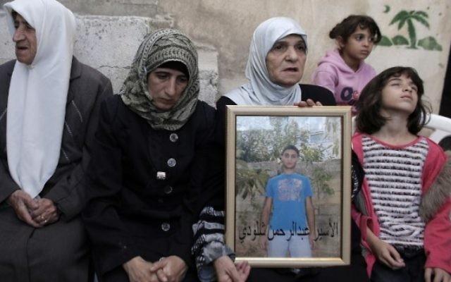 La mère d'Abdel Rahman al-Shaludi, qui a tué un bébé et en a blessé huit autres à Jérusalem, le 23 octobre, 2014 (Crédit : Ahmad Gharabli / AFP)