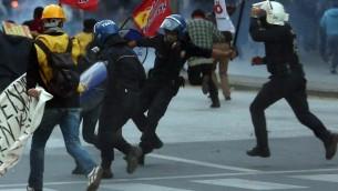 La police turque lance des des gaz lacrymogènes et des canons à eau à Ankara le 8 Octobre 2014, pour disperser des manifestants qui protestaient contre les attaques lancées par les insurgés islamiques de l'Etat visant la ville syrienne de Kobani par les Kurdes, et le manque d'action de leur gouvernement. (Crédit : AFP / Adem Altan)
