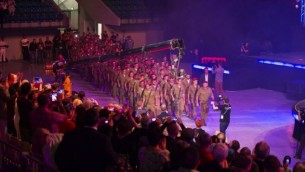 Les membres du public font une ovation aux parachutistes de Tsahal à la Fête des Tabernacles. 14 octobre 2014 (Courtoisie ICEJ)