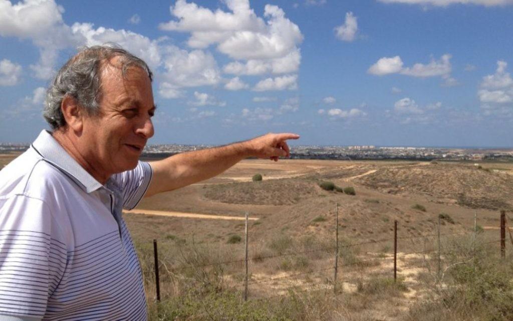 Micha Ben Hillel , un résident  du kibboutz Nir Am (Crédit : Elhanan Miller / Times of Israël)