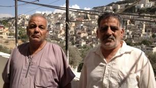 Elias Karaki (à gauche) et son frère debout à côté de la maison de Nabil Karaki vendu il y a trois mois à Silwan, 2 octobre 2014 (crédit photo: Elhanan Miller / Times of Israël)