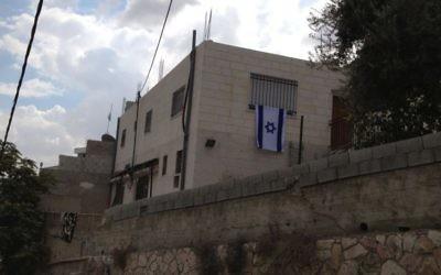 Une nouvelle maison achetée récemment à Silwan où des propriétaires juifs vivent (Crédit : Elhanan Miller/Times of Israel)