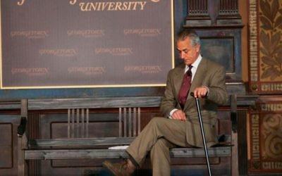 """David Strathairn dans la production de l'Université de Georgetown « Souvenez-vous  : Marche Avec Jan Karski."""" (Crédit : Rafael Suanes / Georgetown Univ.)"""