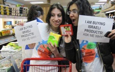 Deux étudiantEs de l'Université de New York lutteNT contre la semaine de l'apartheid israélien, mars 2010 (Crédit : David's project / JTA)