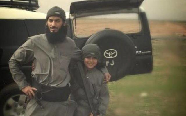 """Un membre présumé de l'État islamique et son fils, du groupe """"jeune martyr,"""" tous les deux auraient été tués dans un raid aérien américain. (Crédit photo: @ ISTimes1, Twitter)"""