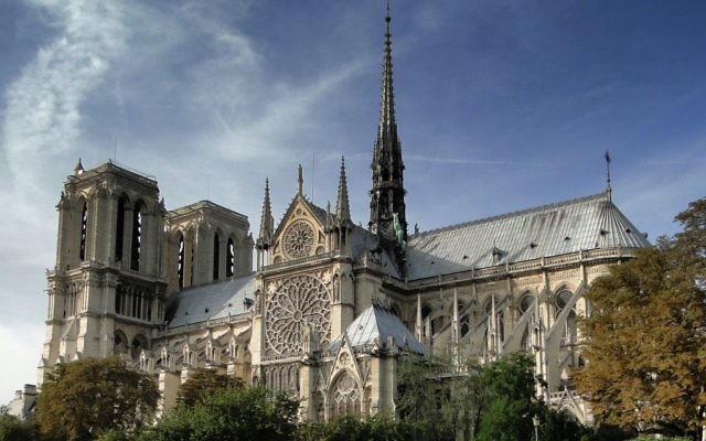 Vue sur la cathédrale Notre-Dame de Paris en 2011 (Crédit : Madhurantakam/Wikimedia communs/CC BY SA 3.0)