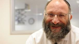 Dov Maïmon dans son bureau du JPPI (Crédit : Aurèle Medioni/Times of Israel)