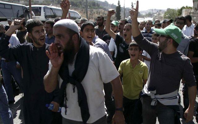 Des Palestiniens prenant à partie les policiers bloquant l'entrée du mont du Temple le 4 octobre 2009 (Crédit : Mohammar Awad/Flash90)