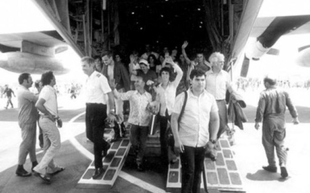 Retour des otages après l'opération Entebbe, le 4 juillet 1976. (Crédit : archives de l'armée israélienne)