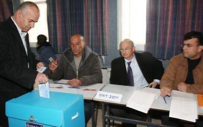 Un Arabe israélien met son bulletin de vote lors des élections à la Knesset dans la ville septentrionale de Umm al-Fahm, en février 2009 (Crédit : Herzl Shapira / FLASH90)