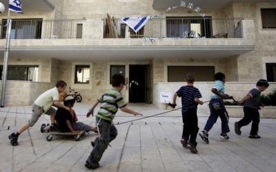 Des petits garçons juifs jouent à l'intérieur de la zone à majorité arabe de Ras el-Amoud à Jérusalem-Est, le 25 mai 2011 (Crédit : Miriam Alster / Flash90)