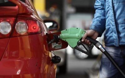 Illustration d'une personne en train de mettre de l'essence (Crédit : Kobi Gideon/Flash90)