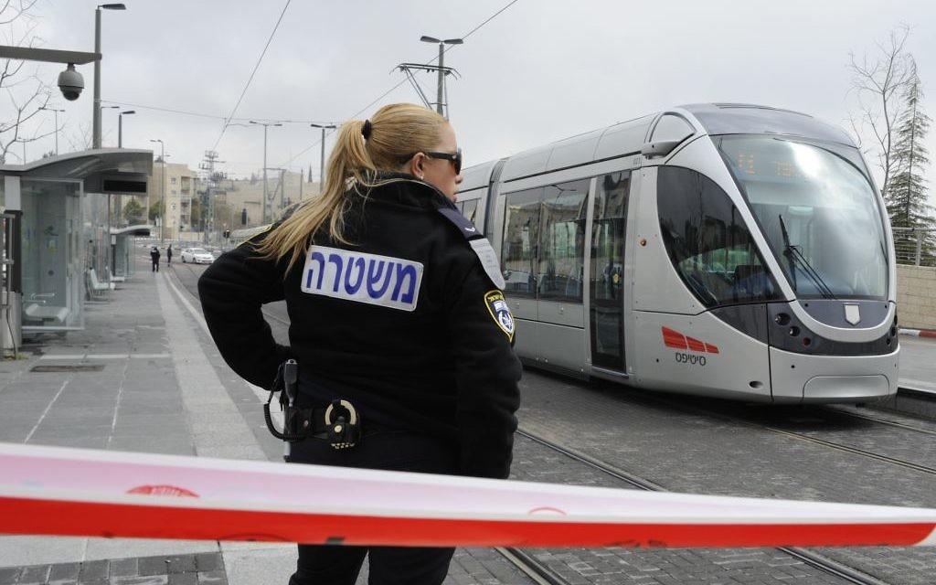 Une police israélienne se tient devant une scène de crime à Pisgat Zeev en 2012. (Crédit : Uri Lenz/FLASH90)
