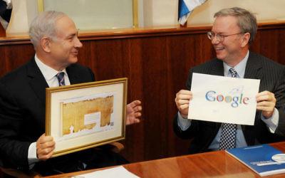 Le Premier ministre israélien Benjamin Netanyahu (à gauche) rencontre le président exécutif de Google, Eric Schmidt, à Jérusalem le 19 juin, 2012 (Crédit : Amos Ben Gershom / Flash90)
