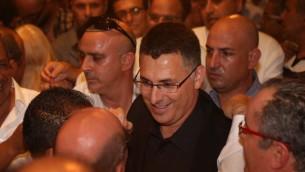 """Le ministre de l'Intérieur Gideon Sa'ar alors de la conférence de presse annonçant sa démission de son poste et de la Knesset pour faire un """"break"""", le 17 septembre 2014 (Crédit : Flash90)"""