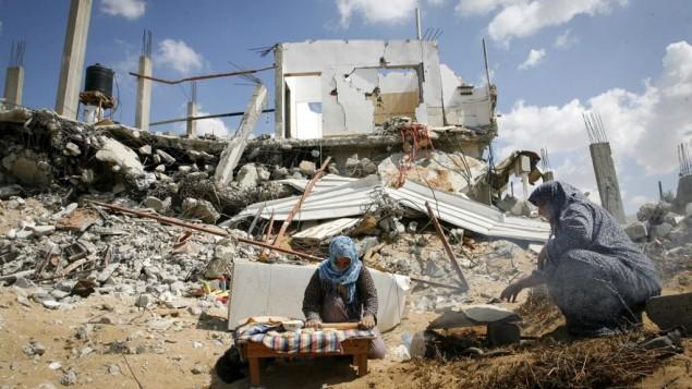 Des Gazaouis à Khan Younis en ruines, en octobre 2014. (Crédit : Abed Rahim Khatib/Flash90)