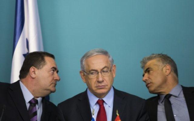 Le ministre des Transports Yisrael Katz (à gauche), le ministre des Finances Yair Lapid (à droite) et le Premier ministre Benjamin Netanyahu (Crédit : Noam Revkin Fenton/FLASH90)