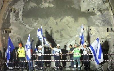 Des travailleurs à la cérémonie d'ouverture du tunnel le long de la voie du train express entre Jérusalem et Tel-Aviv, le 6 octobre, 2014 (Crédit : Haim Zach / GPO / Flash90)
