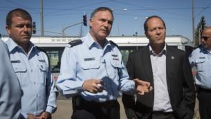 Le chef de la police Yohanan Danino (C), le commandant de la police Moshe Edri et le maire de Jérusalem, Nir Barkat (D) lors d'une tournée dans les quartiers de Beit Hanina et de Shuafat à Jérusalem-Est. 22 octobre 2014. (Crédit : Miriam Alster / Flash90)