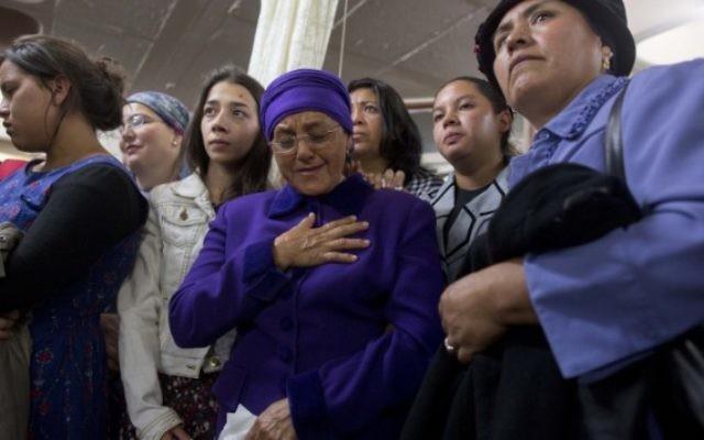 La mère de Karen Yemima Muscara, la jeune équatorienne, réagit lors de l'enterrement à Jérusalem, tôt lundi 27 octobre 2014. (Crédit  Yonatan Sindel / Flash90)