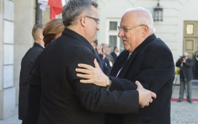 Reuven Rivlin et Bronislaw Komorowski à Varsovie - 28 octobre 2014 (Crédit : Marc Neyman/GPO)